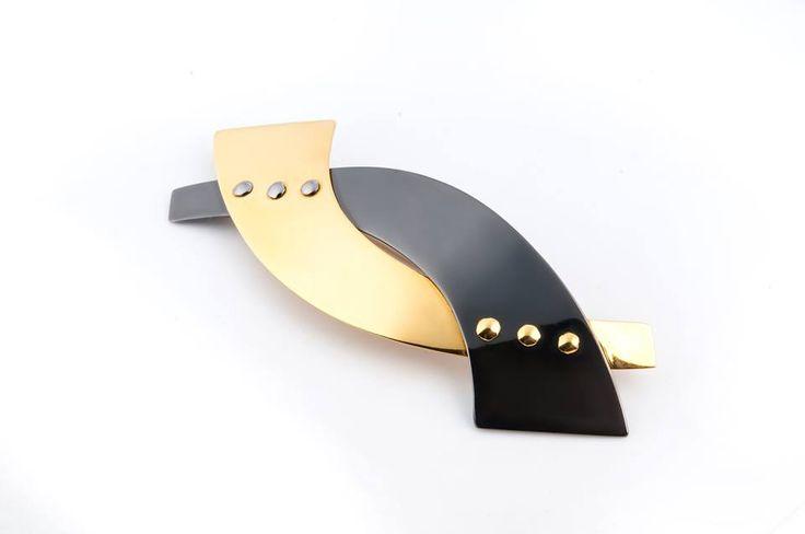 ată o broșa realizată manual din aur galben de 18 karate și tantal, o combinație unică în lume, dezvoltată în Atelierele Sabion. Această broșă, realizată de o manieră clasică, elegantă, cu linii precise și finisaje de excepție, este recomandarea perfectă adresată unei doamne pedante, elegante, iubitoare de frumos și care apreciază o bijuterie adevărată. http://sabion.ro/ro/produs/brosa-tau-34/