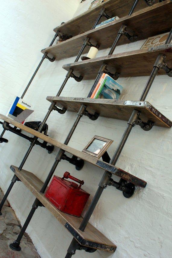 Brooks hat den Schreibtisch und das Regal aus gebogenem Gerüst mit maßgeschneiderten dunklen Stahlrohrhalterungen von www.urbangrain.co.uk wiederhergestellt