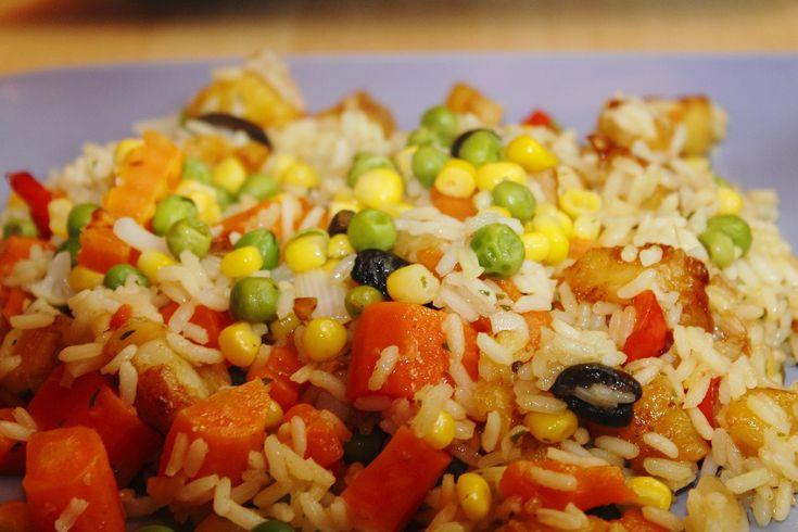 Salată de legume cu orez perfectă și pentru pachetul de a doua zi