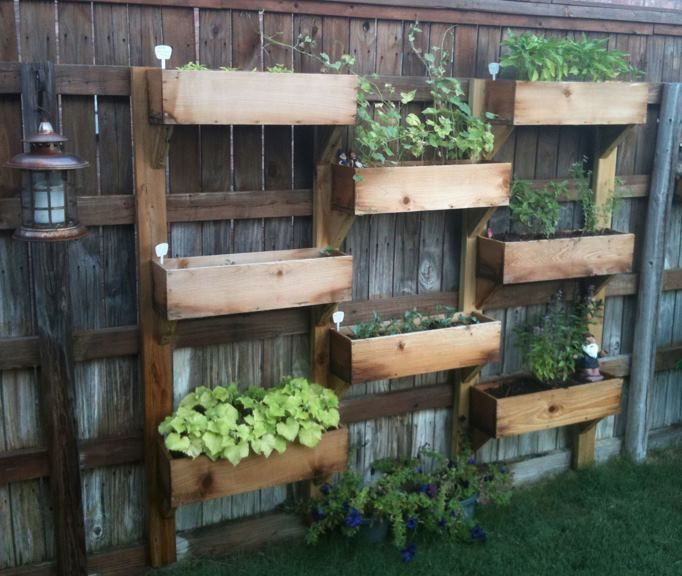 25 ideas for decorating your garden fence vertical for Decorating your garden fence
