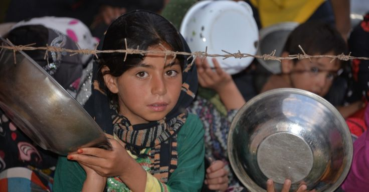20150620 - Com pratos e tigelas, crianças afegãs esperam por comida na província de Ghazni, no leste do Afeganistão, durante o mês sagrado do Ramadã. De acordo com a tradição religiosa, muçulmanos passam tardes e noites rezando em mesquitas e fazendo jejum do amanhecer ao anoitecer com a finalidade de doar alimentos aos mais pobres PICTURE: Xinhua/Rahmat