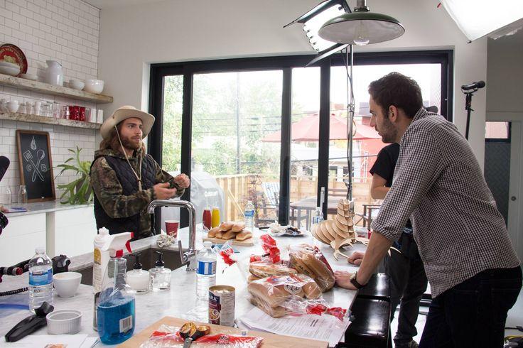Est-ce un tournage télé dans une cuisine ou une chantier de construction ? À voir cette photo de la préparation du tournage de la promo d'automne, on croirait définitivement plus à un chantier. Faut voir le résultat final pour y croire (2015). #magie #tournage #bordel #CordonBleu #DaveMorgan #hotdogsauvage