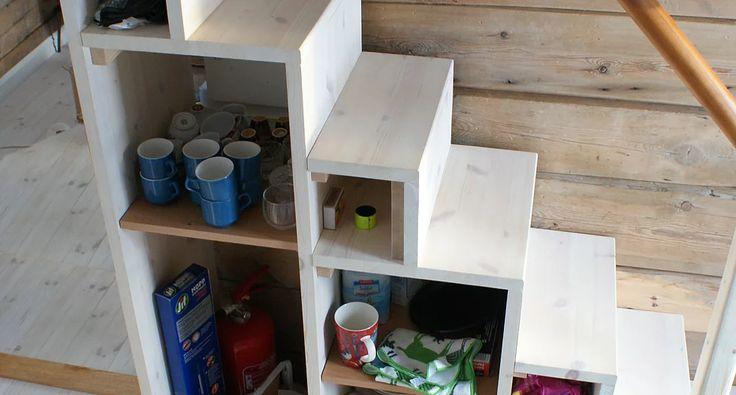 hytte: Trapp til hems fungerer også som kjøkkenskap (Arkitekt Terese SImonsen Fra innersida)