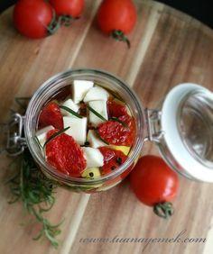 Malzemeler:  - Keçi peyniri  - Kurutulmuş domates  - Taze biberiye  - Tane karabiber  - Sarımsak  - Zeytin yağı   Hazırlanışı:  - ...