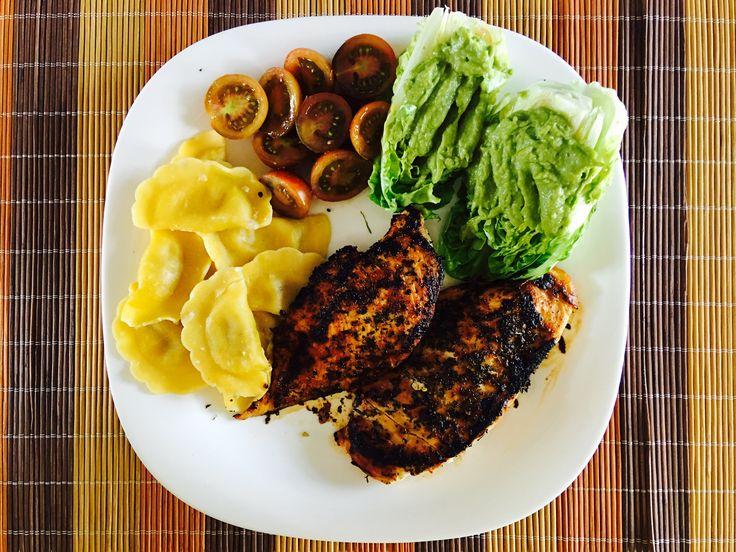 pechuga de pollo a las finas hierbas, lechuga con guacamole y tomate, y raviolis al pistacho.