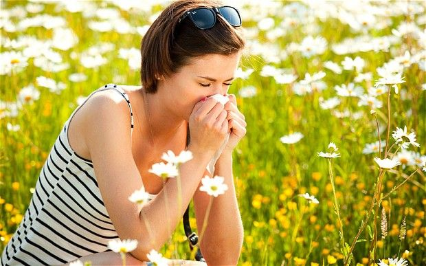 Házi praktikák szénanátha ellen    A varázslatos nyári napok nem mindenkinek jelentenek örömet. Sok olyan ember akad, aki ilyenkor legszívesebben ki sem mozdul otthonról, annyira leteríti az allergia. Viszkető, könnyes szemek, orrfolyás, folyamatos köhögés is szerepel a tünetek között. De mit tehetünk, hogy csökkentsük a kellemetlenségeket?   Olvass tovább: http://www.tarka-hirek.hu/egeszseg/hazi-praktikak-szenanatha-ellen/