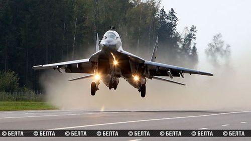 Autópályán landoltak a harci gépek