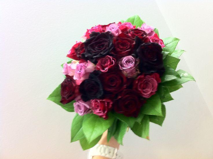 bruidsboeket - donker rode rozen en licht paarse accenten, falenopsis boechout