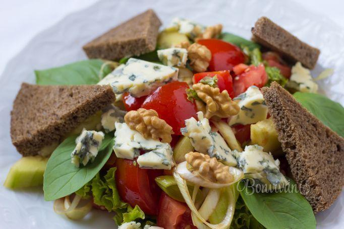 Zeleninový šalát s gorgonzolou a orechami