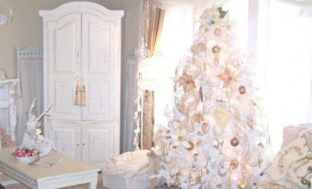 Addobbi e albero di Natale bianchi