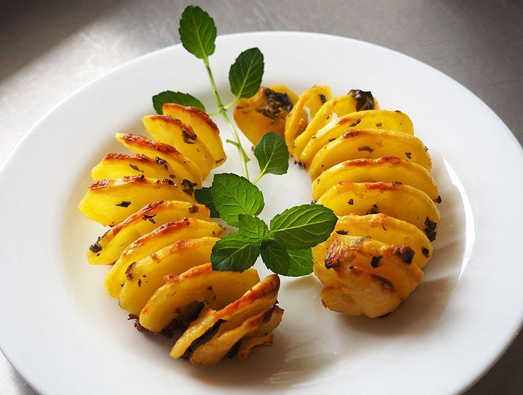"""Aceste spirale de cartofi la cuptor pe cât sunt de interesante ca formă, pe atât sunt de gustoase. Cartofii preparați în felul acesta se mai numesc """"cartofi"""