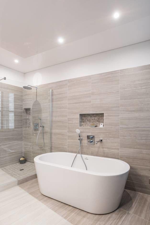 Ici, une baignoire ilot blanche et tendance au design raffiné et aérien s'invi…