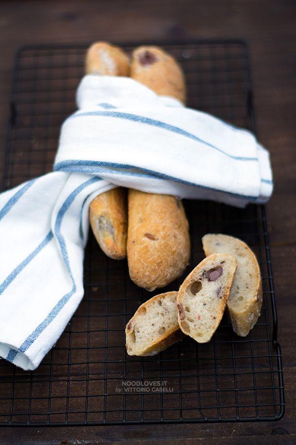 La ricetta (semplice e veloce) per un buonissimo pane alle olive fatto in casa. Aromatico, morbido e saporito. Una volta preparato, non lo comprerete più!