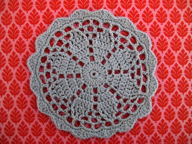 Daisy doily pattern in Danish. English pattern with diagram here http://ignesblog.wordpress.com/2010/11/17/daisy-doily/