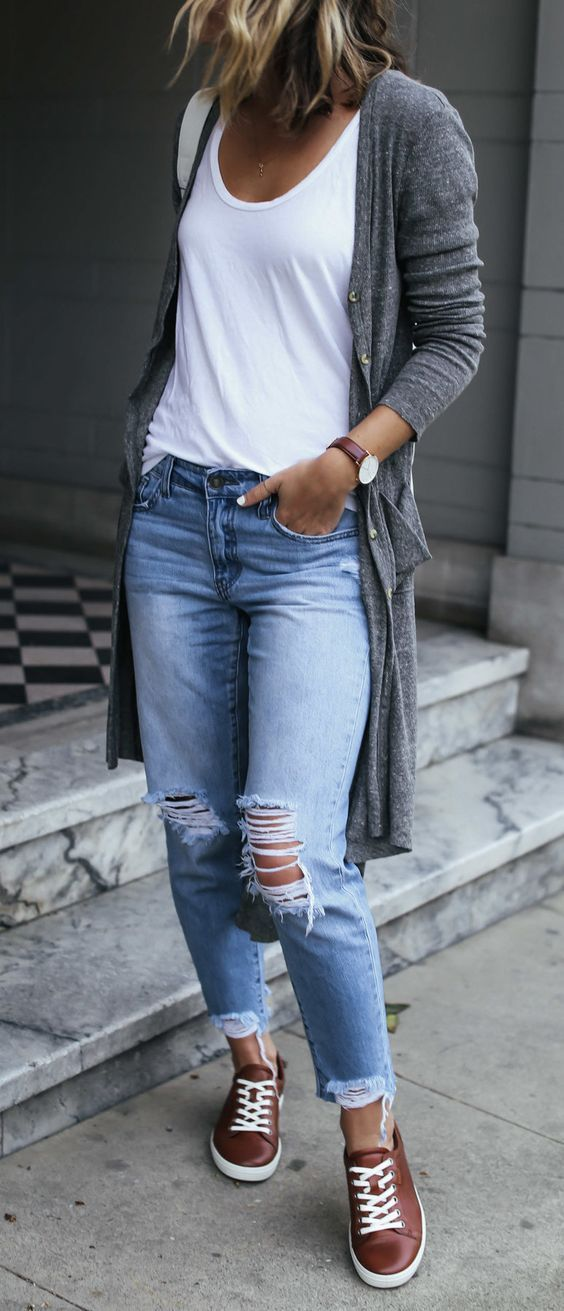 5 combinações para você que ama conforto. Regata branca, cardigan cinza, calça jeans rasgada no joelho, tênis marrom