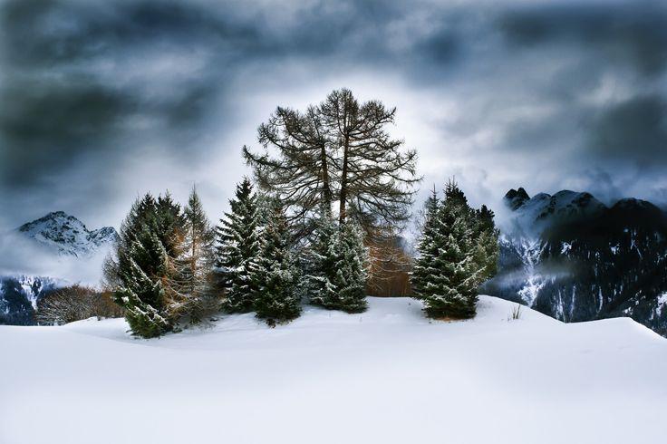 Alps ... March .. - Альпы .. Март ... Сумерки ... Как в сумерки красив весенний синий снег! Стальные облака краснеют по краям... Ты, Время, не спеши, останови свой бег, из дальнего окна доносится рояль... А. Дольский .