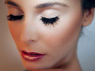 Makijaż można wzbogacić sztucznymi rzęsami lub ich kępkami, które nadadzą głębi spojrzeniu. #makeup #party #eyelash