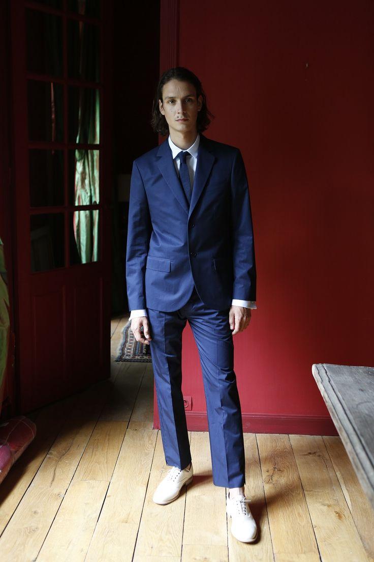 veste et pantalon en coton bleu marine chemise en gabardine de coton bleu clair