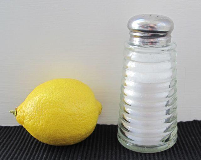 Le nostre papille gustative reagiscono in modo simile ai sapori acidi e ai sapori salati, e ciò rende il succo di limone uno dei migliori sostituti del sale. Non prendere la saliera, e condisci i tuoi pasti con gli agrumi