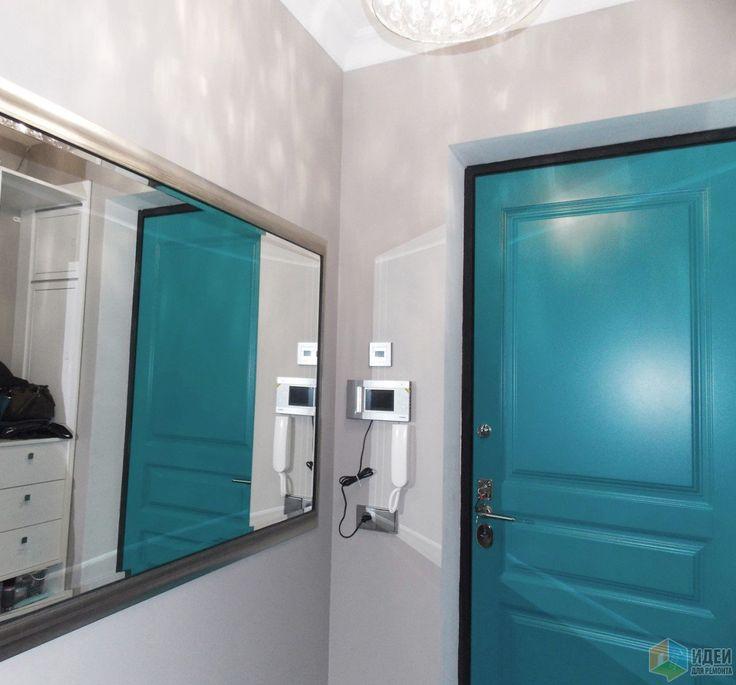 Синяя входная дверь, зеркало в прихожей