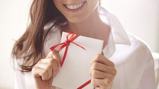 MEEST ROMANTISCH NIEUWJAARS CADEAU:  Een romantische Ier schreef z'n vriendin 365 liefdesbriefjes, eentje voor elke dag van het jaar, en stopte ze in een pot.   De schattige schrijfels zijn onderverdeeld in drie categorieën 'momenten en herinneringen', 'citaten en liedjesteksten' en 'redenen waarom ik van je hou'. De bedoeling van deze briefjespot is de gelukkige ontvangster elke dag van het jaar op te vrolijken.