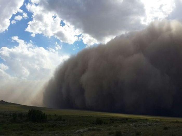 Tempestade de poeira transforma dia em noite em Ust-Kamenogorsk Cazaquistão Oriental Cazaquistão