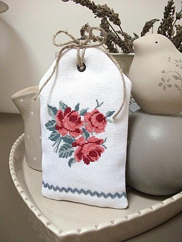 Γγρ│ Un petit sac façon étiquette, très jolie création pour y mettre des fleurs de lavande odorantes, à mettre sur poignées de portes ou dans armoires...