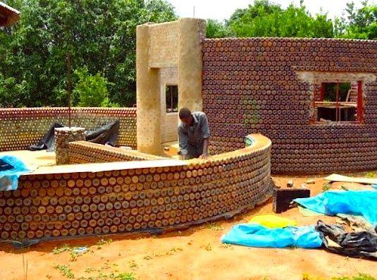 Una casa costruita con bottiglie di plastica riciclate, strabiliante!