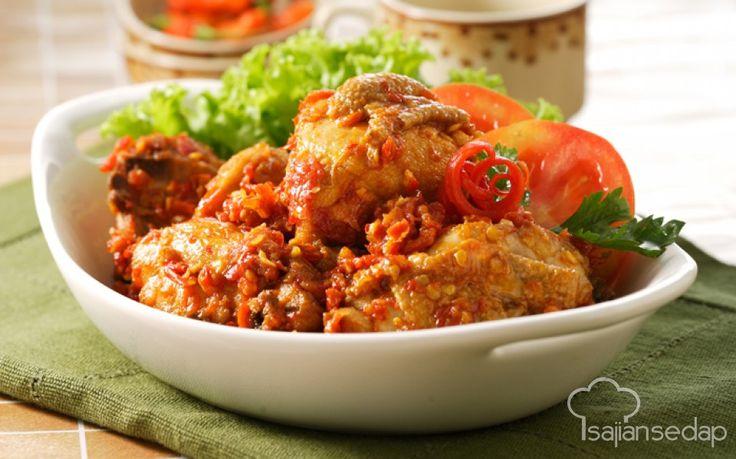 Ayam Rica-Rica ini bisa dibilang punya cita rasa yang pas untuk banyak orang. Pedasnya tidak berlebihan, sementara bumbu lain menghadirkan kelezatan tersendiri yang rugi kalau dilewatkan.