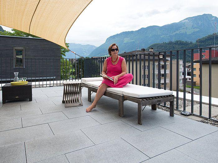 Un Toit Terrasse En Granite Avec Vue Sur Les Alpes, élégant Et Résistant;  Parfait