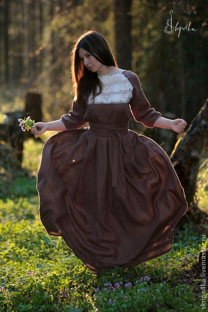 Платье `Прогулка Матильды`. Длинное винтажное платье из коричневого льна. Вставка из тонкого хлопкового кружева.   Отрезное по талии. Глубокие складки юбки и пояс создают красивый силуэт.Удобное и женственное. При скромности коричневого цвета, в…