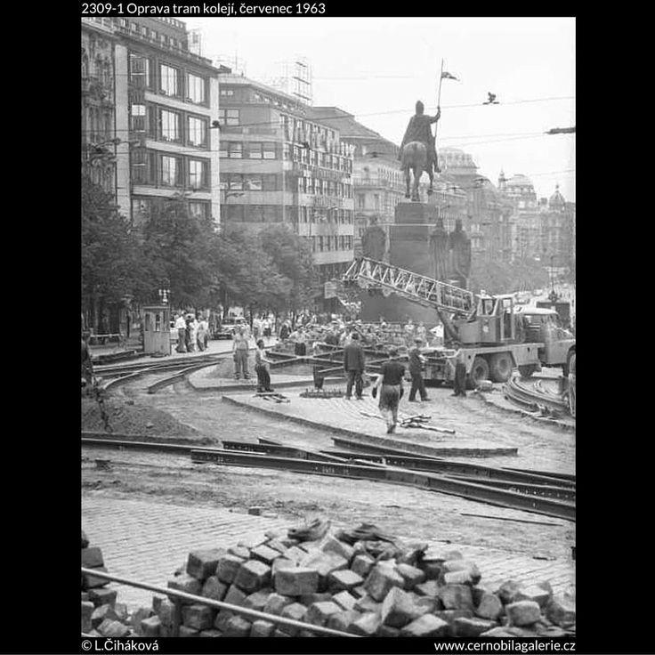 Oprava tram kolejí (2309-1) • Praha, červenec 1963 • | černobílá fotografie, Václavské náměstí, pohled od Muzea, socha sv.Václava, stavební ruch |•|black and white photograph, Prague|