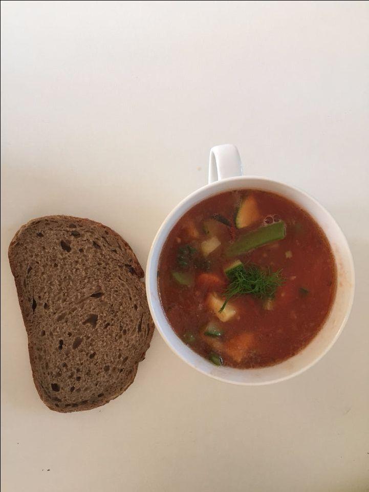 Tomaten-groentesoep maken is helemaal niet moeilijk met dit recept en ook de ideale manier om je restjes groente op te maken