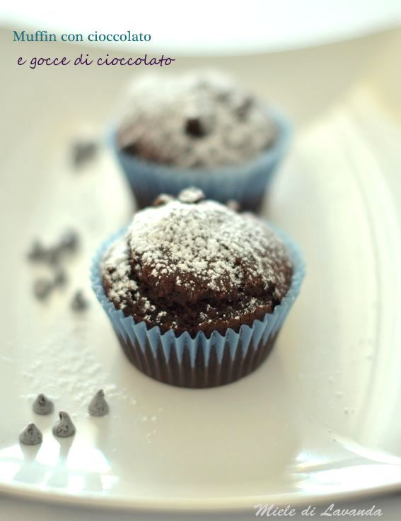 Muffin con cioccolato e gocce di cioccolato