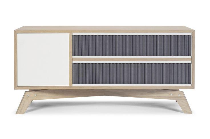 Pli hifi er et elegant TV-møbel med fine detaljer, der du kan oppbevare det meste av hi-fi-utstyr. Pli sørger for at du har underholdningen i nærheten av deg, uten at du har et stort og kompakt møbel midt i stuen. Plisséfronten er mer enn en pen detalj – den lar signalet fra fjernkontrollen slippe gjennom.