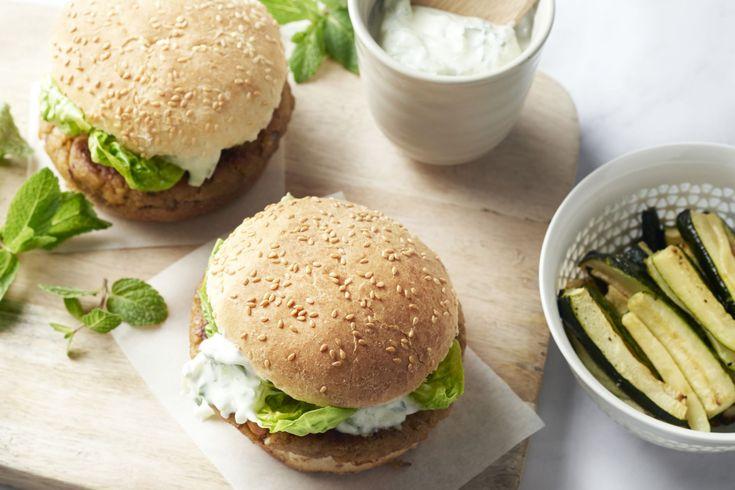 Gedaan met smaakloze vegetarische burgers uit een pakje, wij maken onze veggieburgers zelf! Met kikkererwten als basis, garam masala & tandoori kruide...