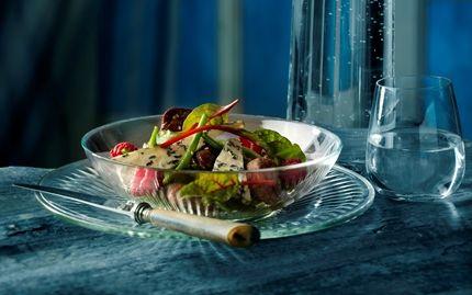 Salat med kyllingelever, sesam og hindbær
