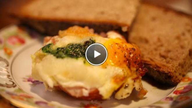 t boter en verdeel de rauwe ham over de vormpjes. Verdeel de uienringen en de spinazie over de ham. Breek in elke vorm een ei en breng op smaak met zout en...