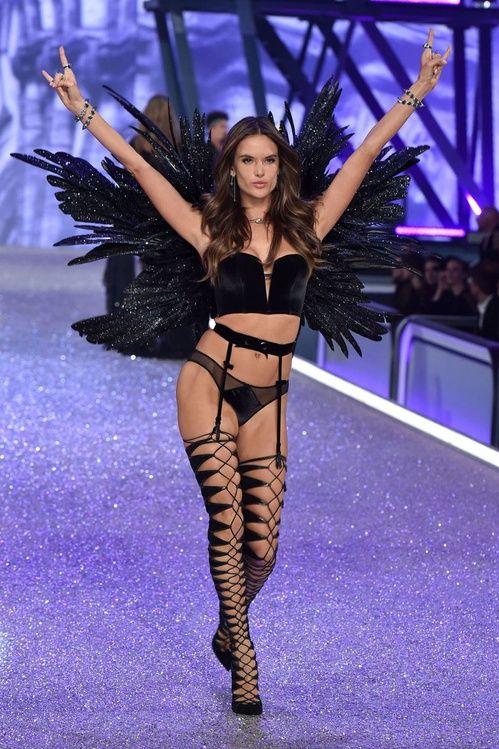 Izabel Goulart au défilé Victoria's Secret 2016