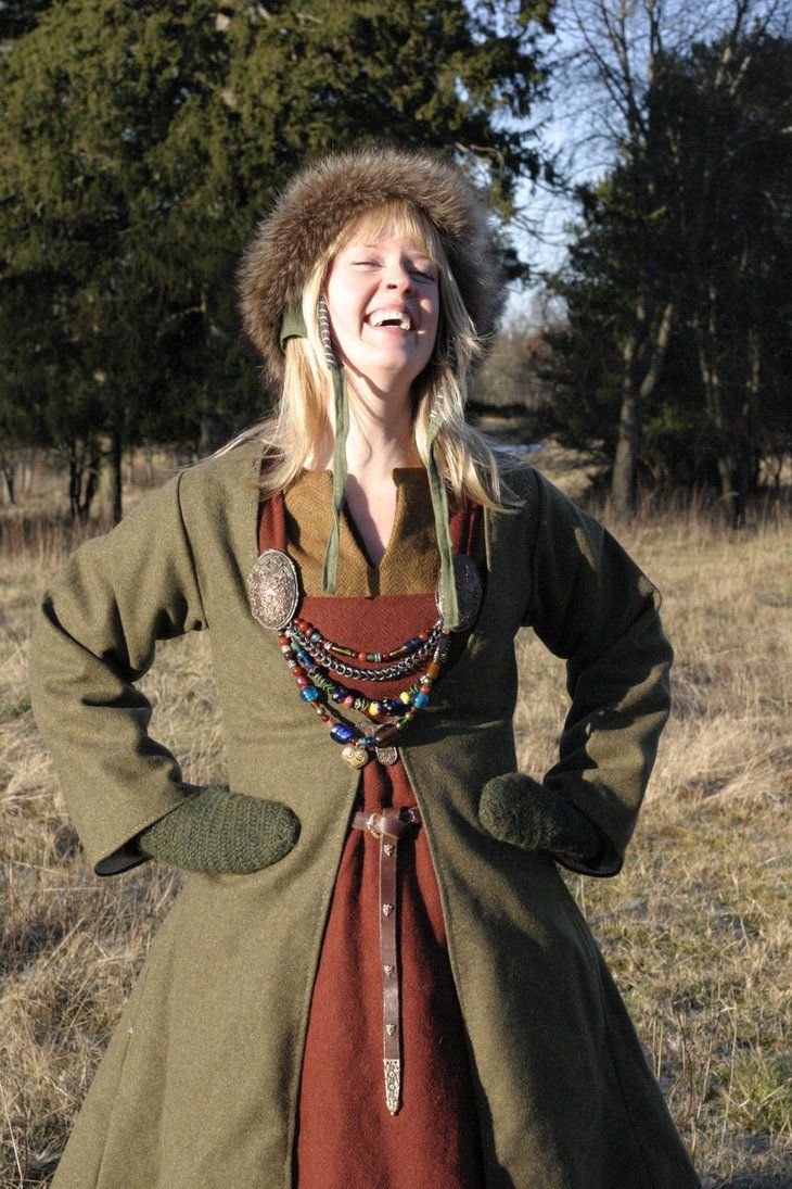 Vrolijke Harlandse vrouw in warme winterkleding.