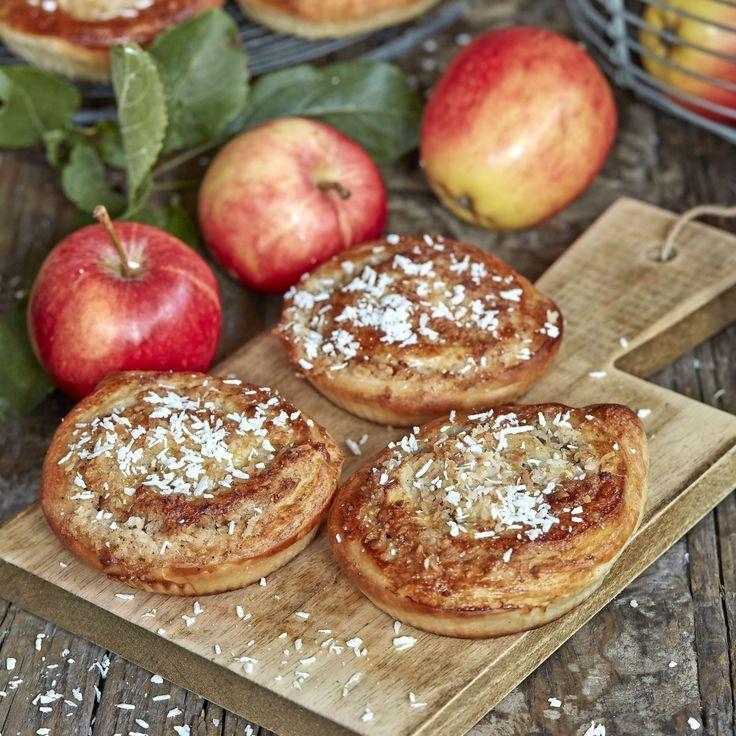 Ta vara på äppelskörden och baka saftiga och goda äppelbullar med kokos.
