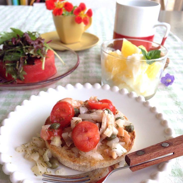 朝ごはん。スモークサーモンマリネのマフィン、スイカサラダ、晩柑&パイン入りフローズンヨーグルト。