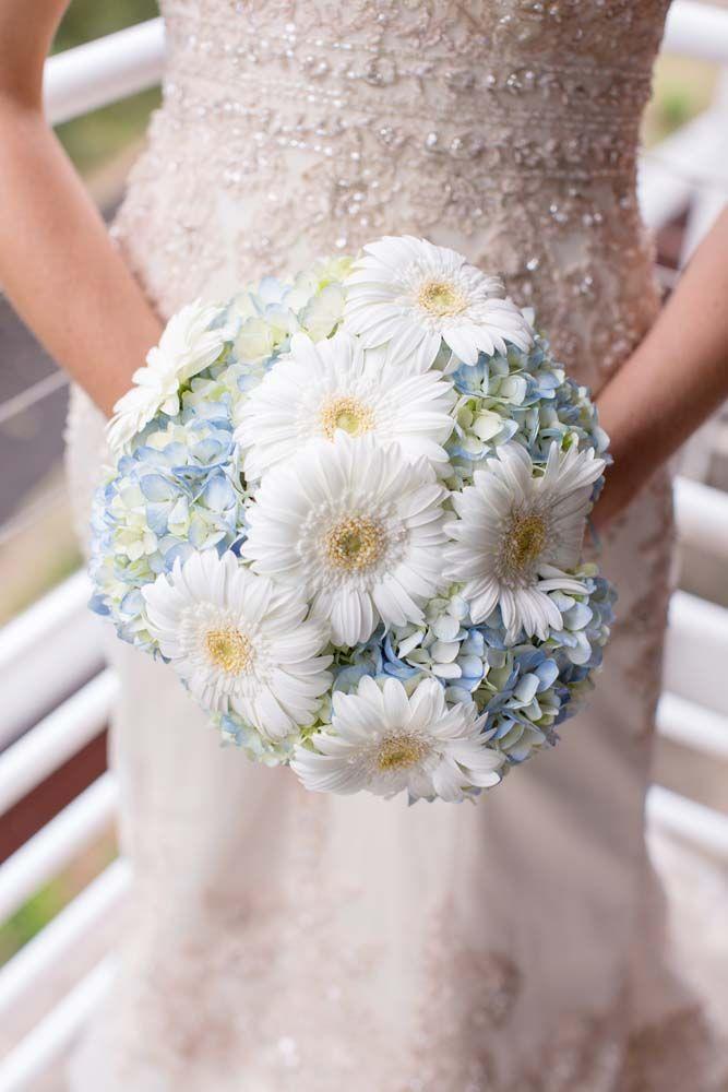 Menyasszonyi csokor fehér. Wedding bouqet with white flowers.