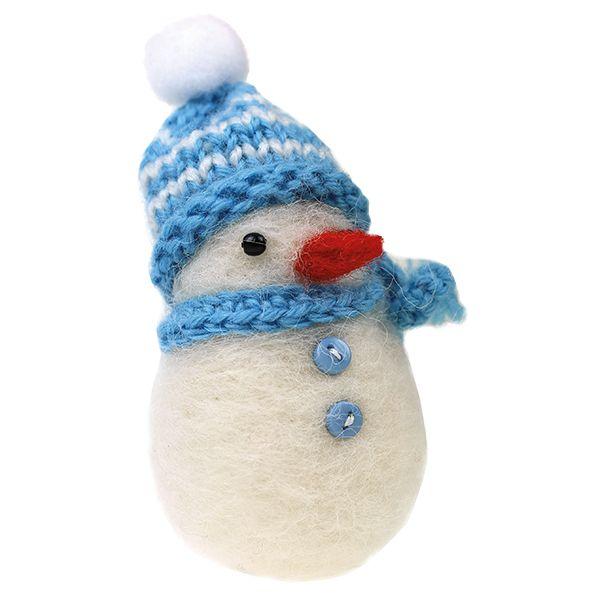 Pikkuinen huovutettu lumiukko.