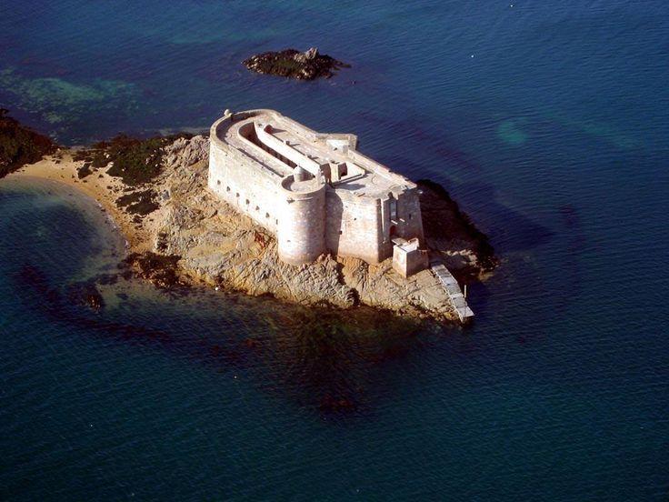 Le château du Taureau est situé dans la commune de Plouezoc'h à l'entrée de la baie de Morlaix dans le Finistère