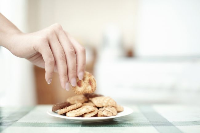 食後2〜3時間で感じるのは「ニセの空腹」です。気持ちが食べたいだけで、体はまだ食べ物を必要とはしていません。 なぜニセの空腹に惑わされてしまうのでしょう。その原因は「なんとなく暇な時間」と「イライラ」です 「ニセの空腹」の予防法おやつが食べたいと思ったらすぐにお菓子に手は出さず、直前に食べた食事のメニューを思い出す ばくぜんと食べたメニューを思い出すだけではなく、食材レベルまで細分化すると、より効果がありそうです(味噌汁ではなく、ネギ、わかめ、豆腐など)。頭の中は、さっきおなかにいれた食材でいっぱい。これだけ入っていたらきっとおなかもいっぱい。そんなふうに自分を納得させる それでも食べたい欲が消えないときは「何でもよいので、5分間ほど違う行動をしてみる」「おなかがすいたかも」と思う自分と、上手に距離をとることが大切 健康のために気をつけたいことは「早食いをやめる」ことと「間食の仕方を変える」こと、この2つだけ