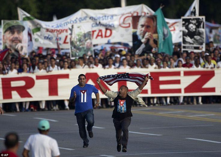 Торжества не были полностью мирными после мужчина, размахивая американский флаг выбежал перед толпой в Гаване