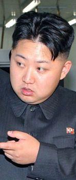 """Qui est vraiment Kim Jong-un, le """"commandant suprême"""" de la Corée du Nord? Jeune, inexpérimenté, le dictateur ne cesse de provoquer la communauté internationale, et brandit la menace nucléaire."""