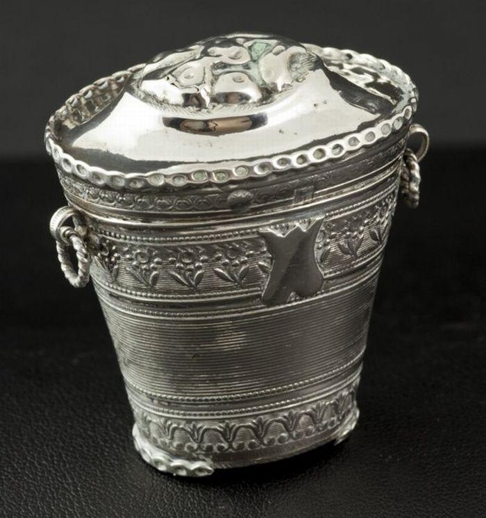 Zilveren lodereindoosje Beschrijving: Tapstoelopend 2e gehalte zilveren lodereindoosje met twee oortjes en decor van filet- en bloemenranden, meester: Dirk Greup Sr., Schoonhoven, 1842