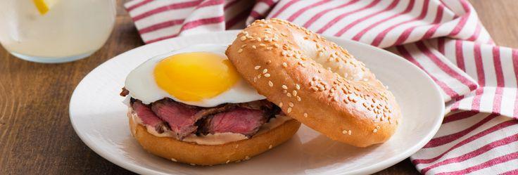 Bagel au bifteck et aux œufs